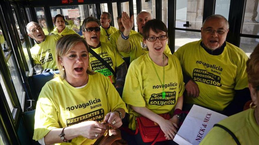 Preferentistas recorren Ourense en el tren turístico y piden una solución