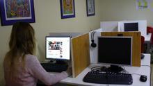 Una persona consulta Internet.
