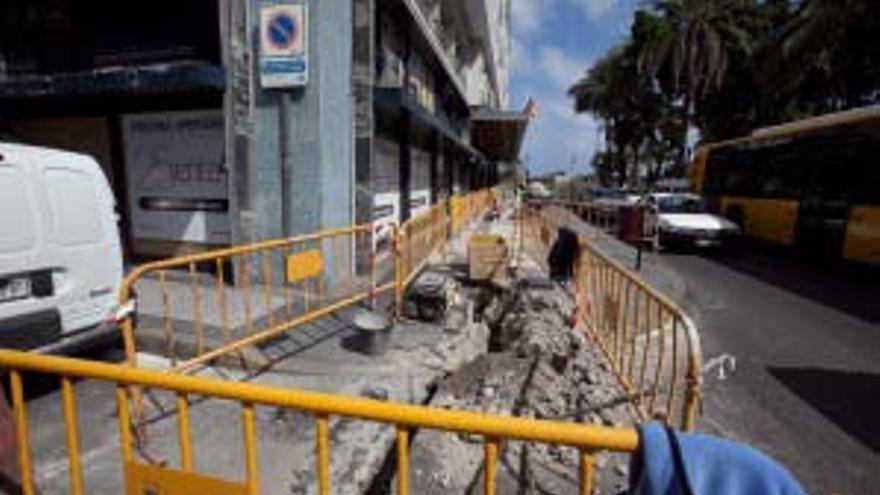 Obras en la calle Muelle Las Palmas, entre Venegas y León y Castillo. (ACN PRESS /QUIQUE CURBELO)