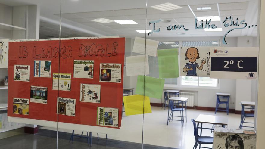 Dibujos en una clase del Colegio Alameda de Osuna, donde los alumnos de 2º de Bachillerato han vuelto hoy de forma voluntaria para preparar la Evaluación de Acceso a la Universidad (EVAU), al haber pasado la Comunidad de Madrid a la Fase 2 de la desescalada. En Madrid (España), a 8 de junio de 2020 / Europa Press