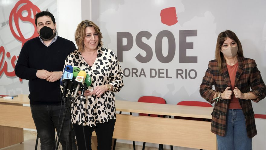 La secretaria general del PSOE-A, Susana Díaz, atiende a los medios en Lora del Río.