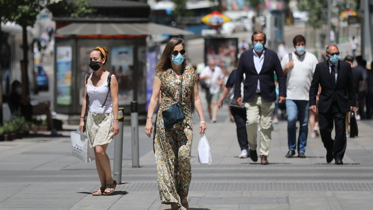 Primer día laborable sin mascarilla al aire libre. Varias personas caminan por el centro de la capital, a 28 de junio de 2021, en Madrid, (España).