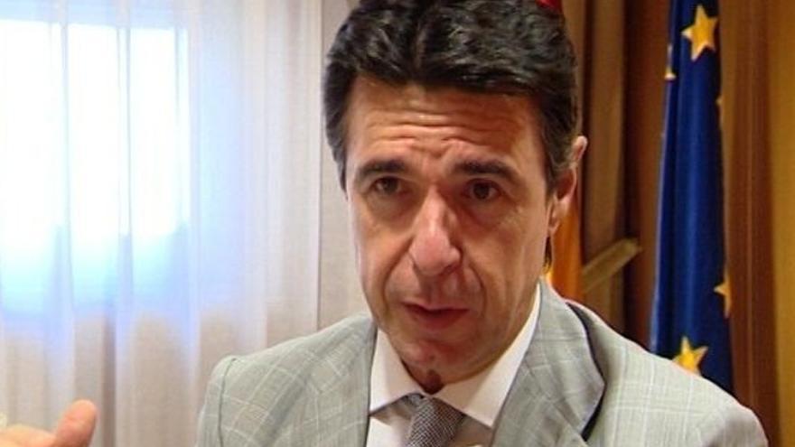 """Llamazares pregunta a Soria si considera """"ejemplar"""" que, como ministro de Turismo, veranee en un hotel ilegal"""