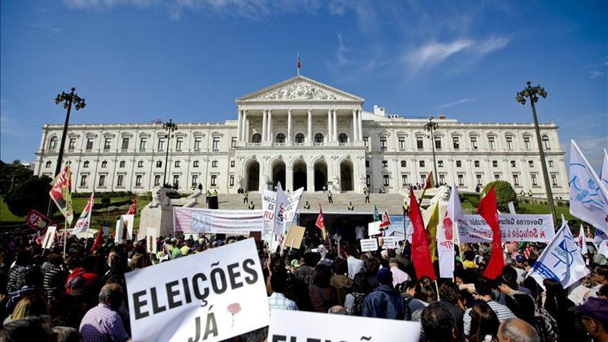Miles de personas protestan frente al Parlamento luso contra los Presupuestos
