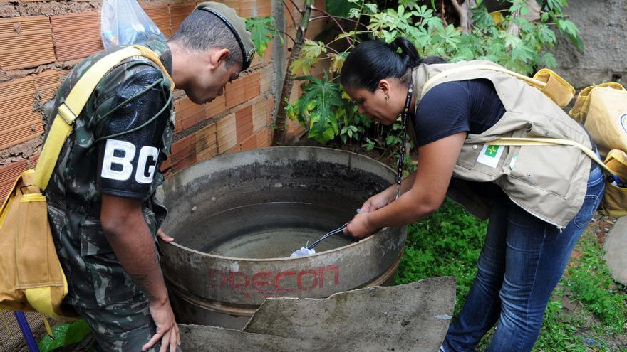 Las autoridades sanitarias buscan larvas del mosquito aedes aegypti en un depósito de agua
