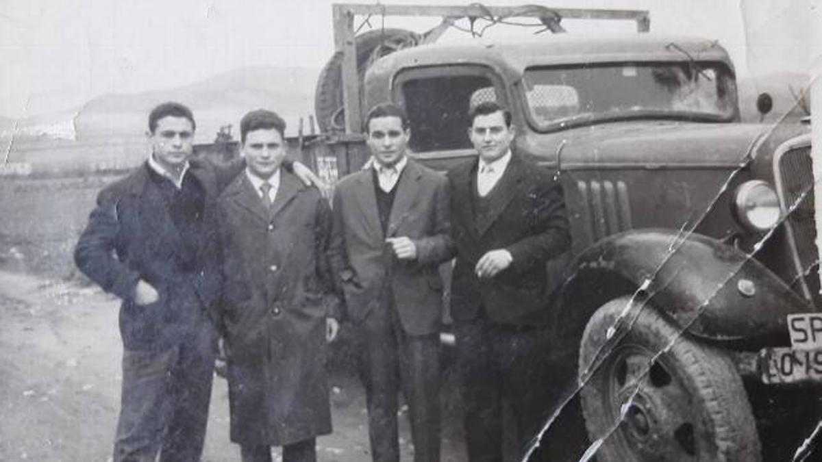 Gelo Iglesias (derecha), con familiares, y, de fondo, la camioneta de la empresa.