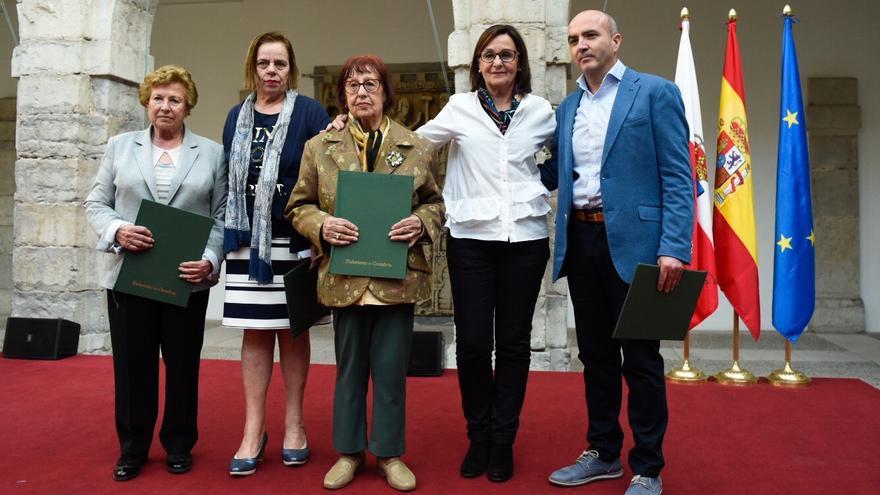 La presidenta del Parlamento cántabro ha entregado a los familiares de las víctimas el manifiesto firmado por todos los diputados. | JOAQUÍN GÓMEZ SASTRE