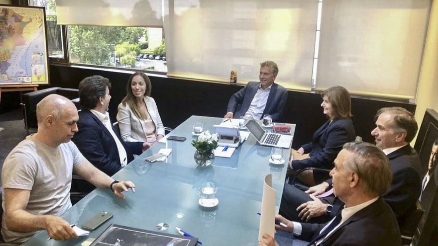 Macri, en su oficina de Olivos y junto a la tropa PRO, en febrero pasado