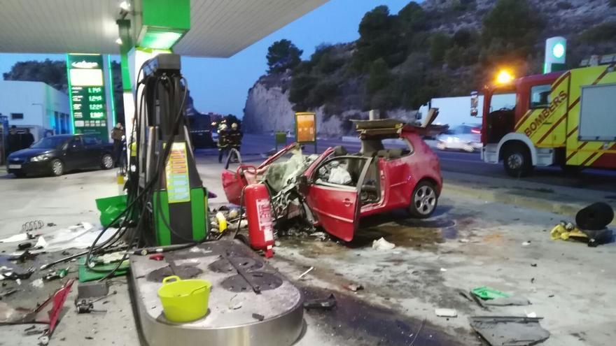 El estado en el que quedó el coche tras chocar contra la gasolinera