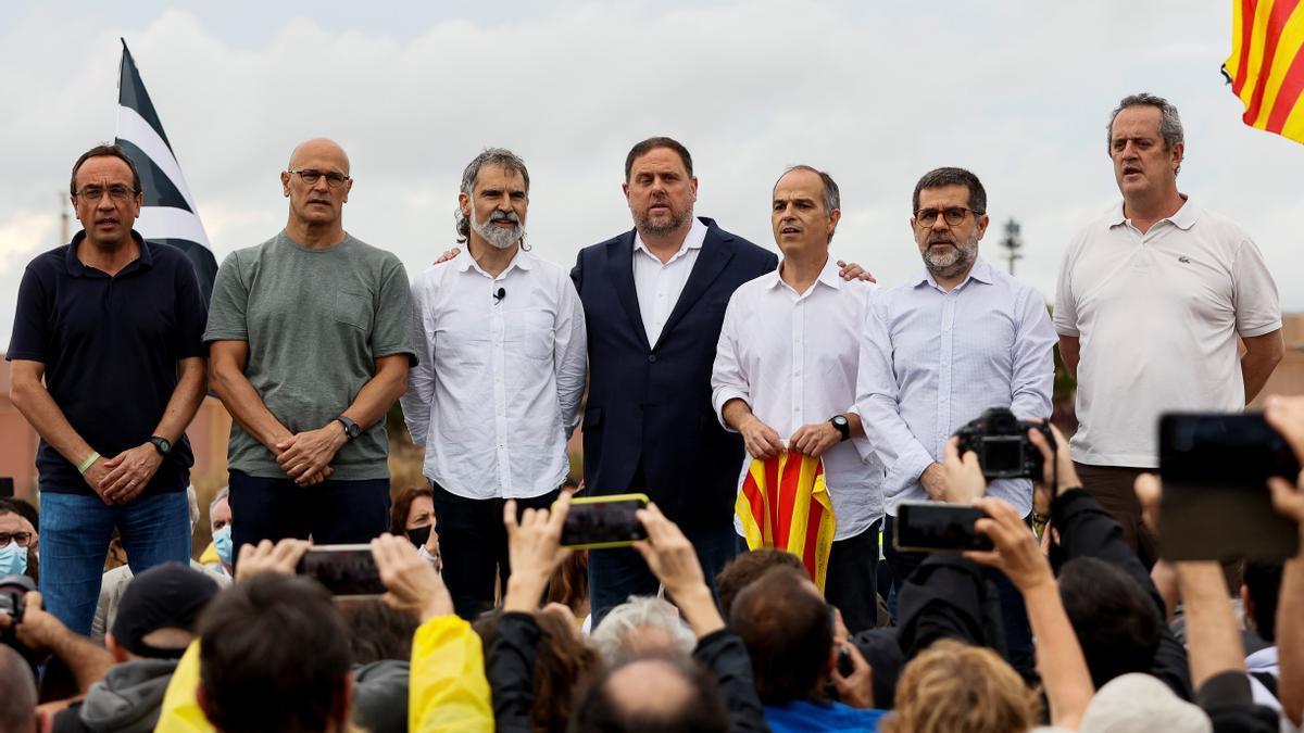 Siete de los indultados tras su salida de la prisión de Lledoners. EFE/Quique Garcia