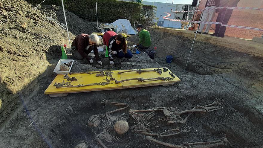 Familiares de víctimas asisten a la exhumación en Alcalá del Río (Sevilla). | JUAN MIGUEL BAQUERO