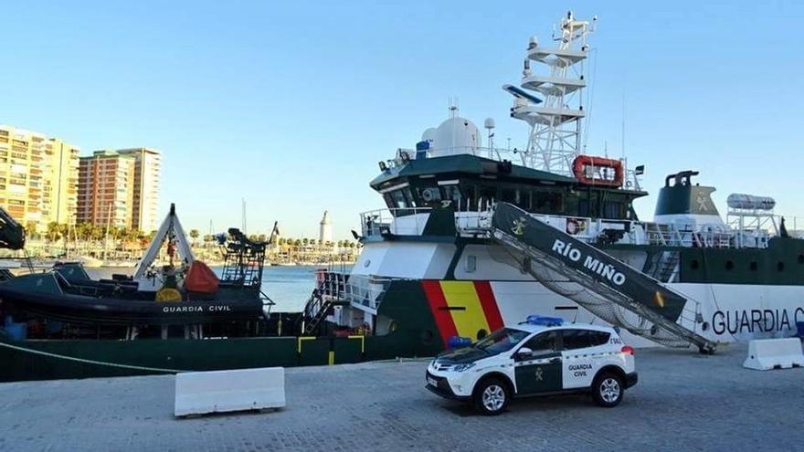 Trasladan a Málaga a 56 personas rescatadas de una patera en el mar de Alborán
