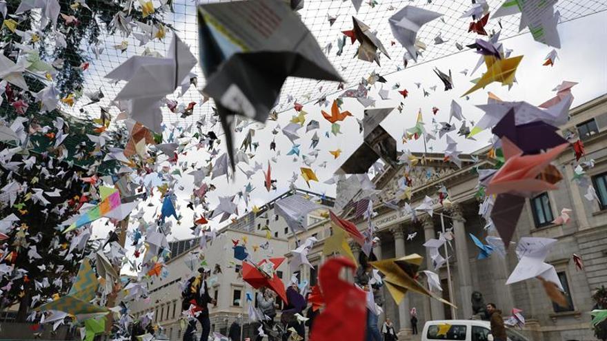 """Miles de """"pajaritas"""" de origami vuelan hasta el Congreso en defensa de Doñana"""