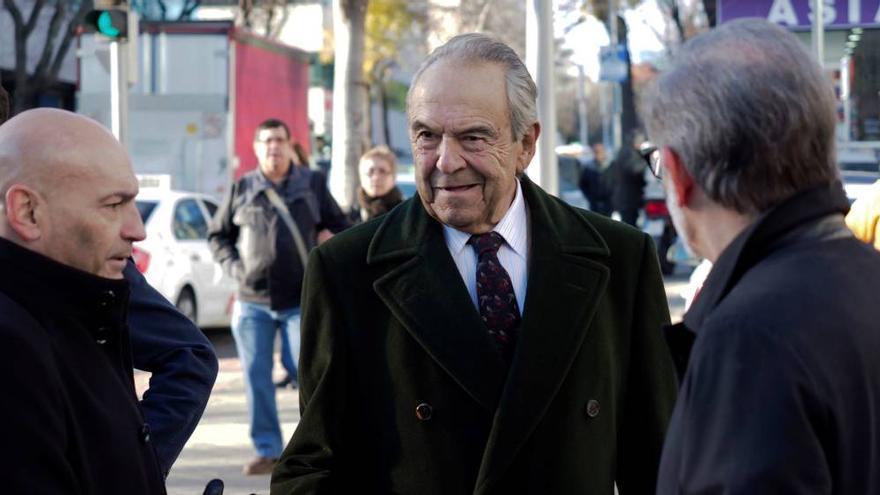 El exbanquero Emilio Botín, de 83 años, a la salida del juzgado