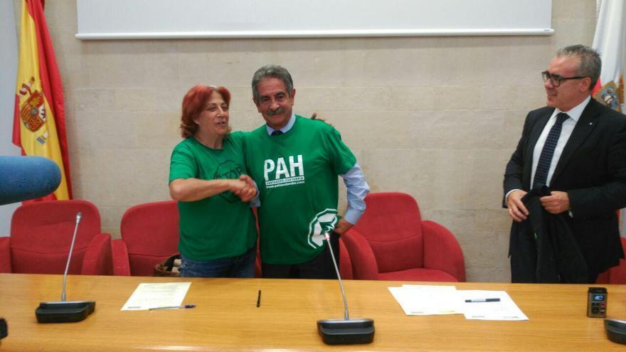Revilla y la presidenta de la PAH de Cantabria | RUBÉN ALONSO