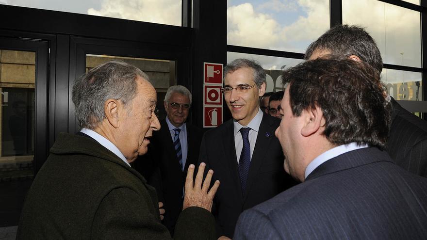 Villar Mir, en una imagen de archivo con el conselleiro de Industria y otros cargos