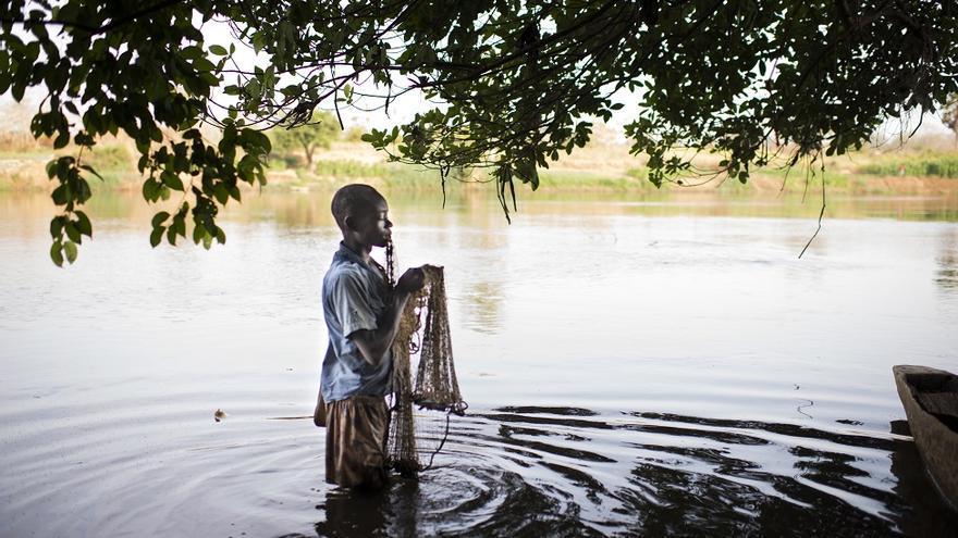 Jordy, 16 años, pescador en el río Ouaka. Abandonó la escuela en quinto grado, cuando su padre fue abatido por los hombres armados de la UPC en 2014. Se gana la vida de la pesca.