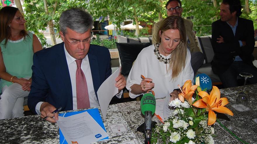 Fernández de Moya y Salud Anguita en el momento de la firma de acuerdo.