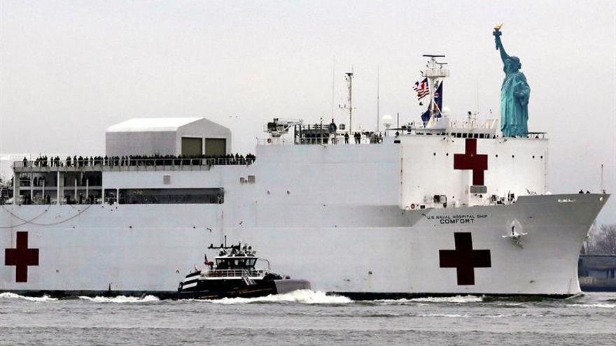 El buque estadounidense Comfort se dirige este lunes al puerto de Nueva York.
