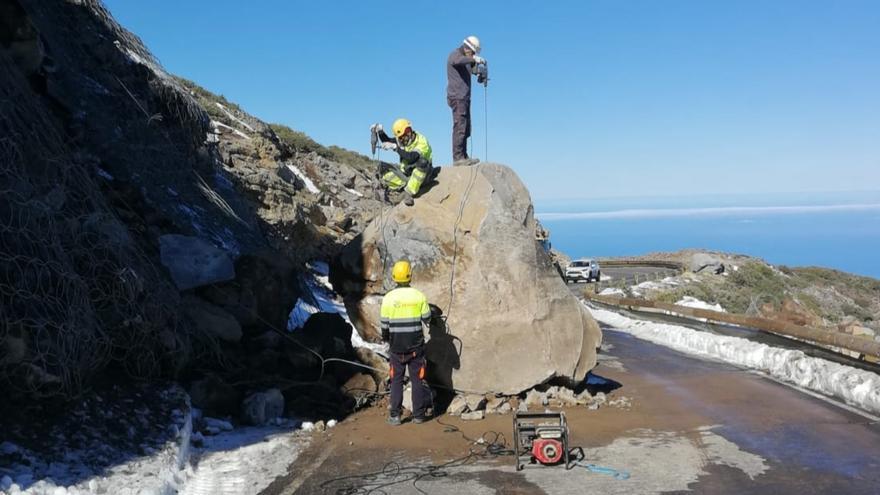 Cierran la carretera entre el Pico de la Nieve y el Observatorio de El Roque por la inestabilidad de un talud
