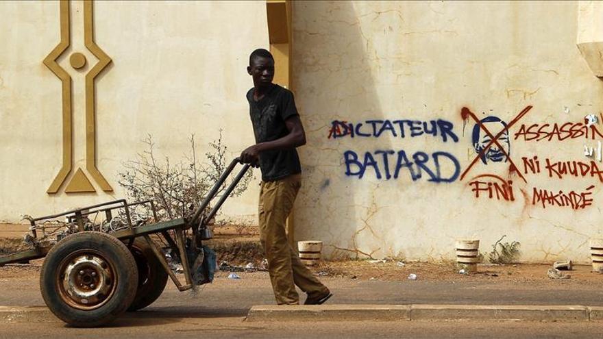Un hombre camina junto a una pintada en contra del presidente Blaise Campaoré en las calles de Ouagadougou, Burkina Faso el 6 de noviembre de 2014/ Efe (imagen de archivo)