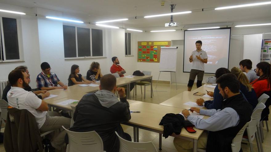 El curso pasado más de treinta alumnos y alumnas pasaron por las aulas de cántabru.
