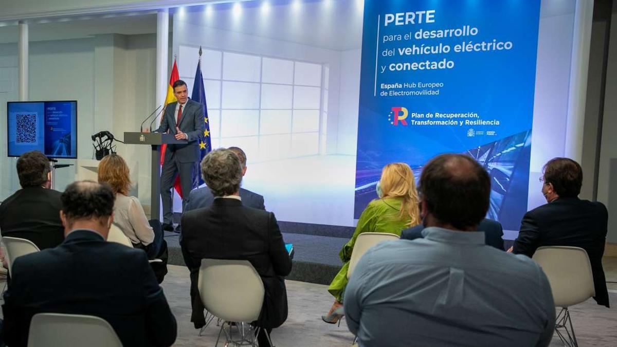Fernández Vara, a la derecha de espaldas, escuchando a Pedro Sánchez este lunes en Madrid, en la presentación del plan nacional del coche eléctrico