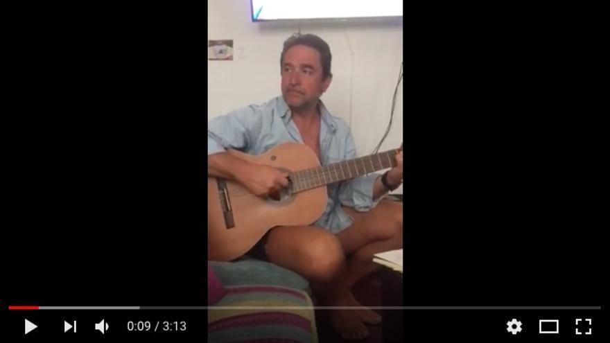 El juez Salvador Alba, guitarra en mano, en un fotograma del vídeo que ha subido a Youtube.