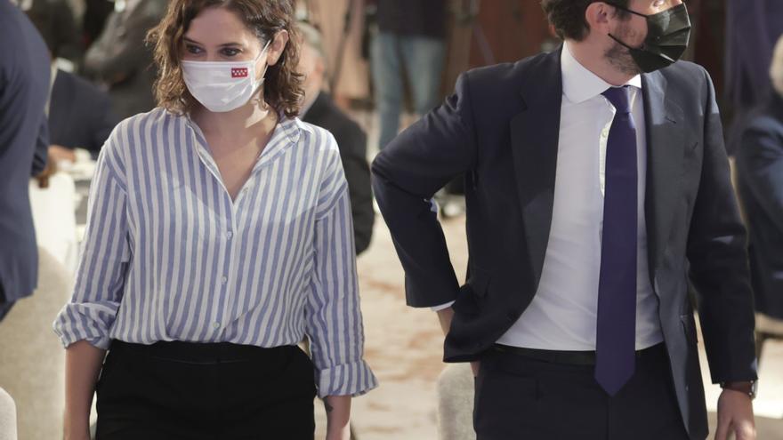 La presidenta de la Comunidad de Madrid, Isabel Díaz Ayuso, y el presidente del Partido Popular, Pablo Casado, durante un desayuno informativo del Fórum Europa. En Madrid, a 7 de septiembre de 2021.