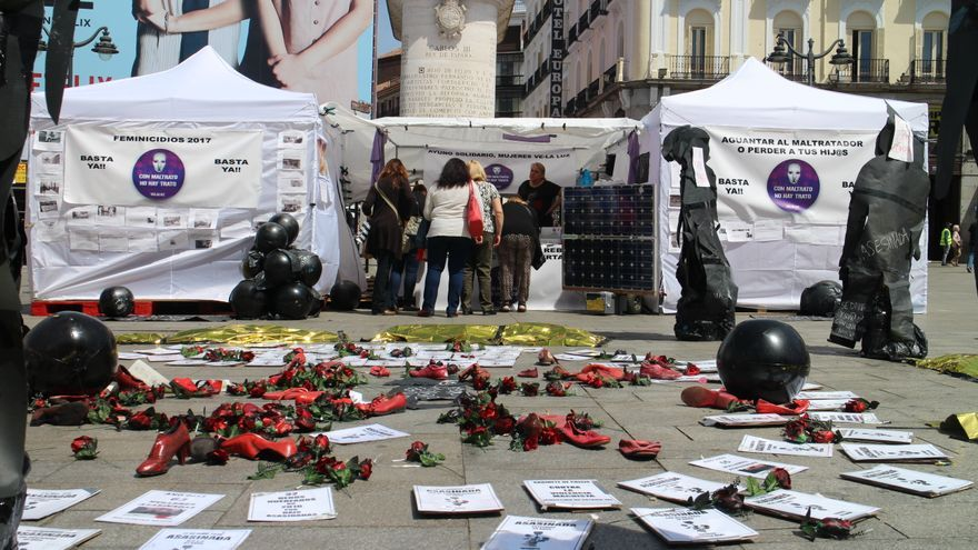 Las carpas instaladas por la Asociación Velaluz en la Puerta del Sol / MB