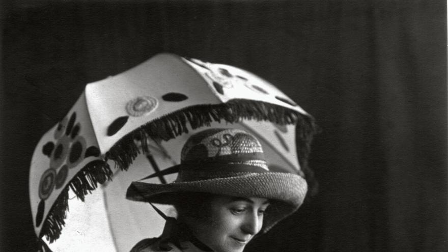Modelo con vestido diseñado por Sonia Delaunay