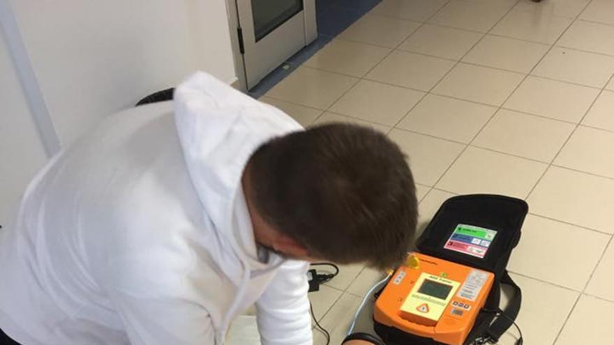 Un alumno del centro aprende a realizar la reanimación cardiopulmonar.