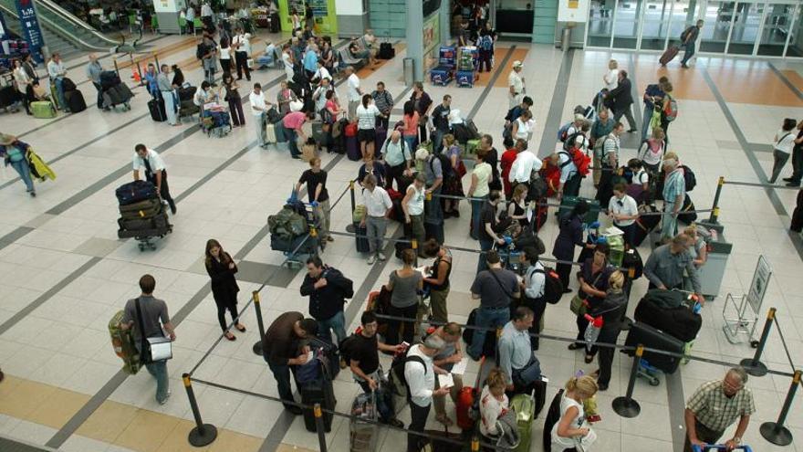 Huelga de maleteros causa demoras en vuelos en el mayor aeropuerto argentino