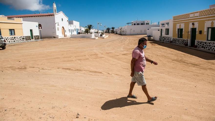 Un hombre pasea por La Graciosa, isla que no ha registrado ningún contagio de coronavirus