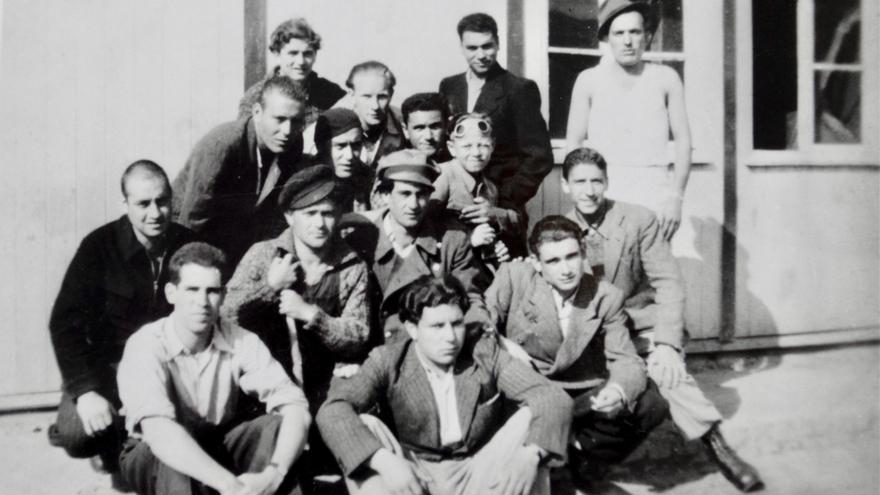 Siegfried Meir rodeado de prisioneros españoles en Mauthausen. La fotografía fue tomada poco después de la liberación