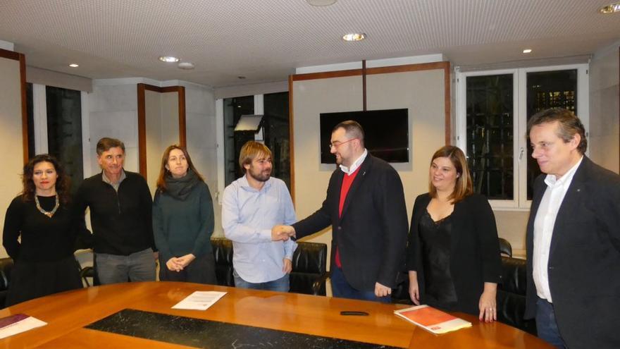 El secretario general de la FSA, Adrián Barbón, y el de Podemos Asturias, Daniel Ripa, tras firmar el acuerdo.