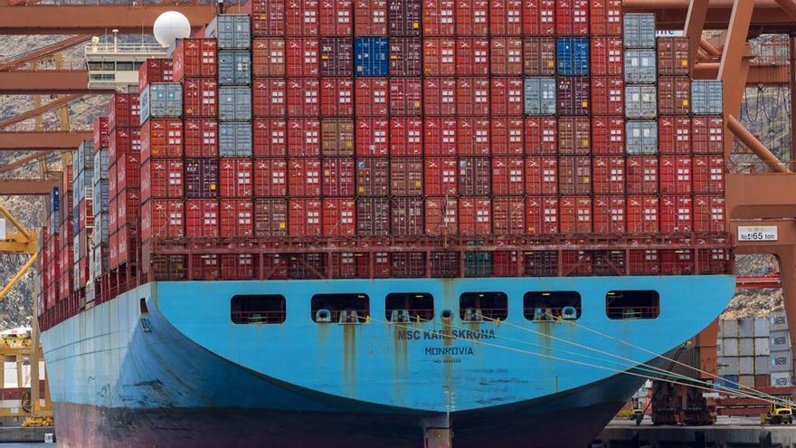 El portacontenedores fletado por Maersk 'MSC KarlsKrona', en la zona de atraque de TCTenerife