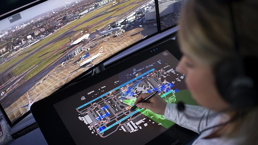 Una controladora en la torre de control de Heathrow utiliza el nuevo sistema de IA