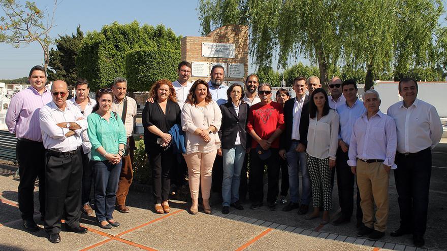 La consejera andaluza y los parlamentarios que han participado en la visita, junto a familiares de víctimas. / JUAN MIGUEL BAQUERO