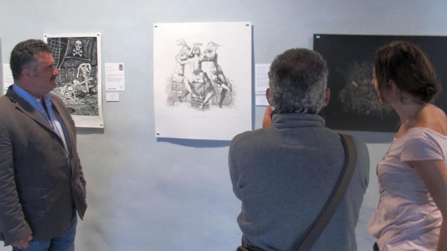 El consejero de Cultura y Patrimonio Histórico del Cabildo de La Palma, Primitivo Jerónimo (izquierda), ha visitado este lunes la muestra.