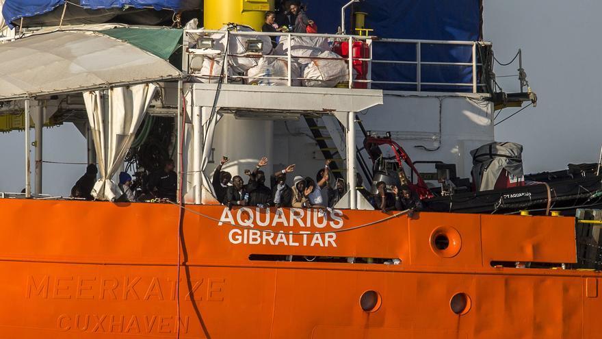 Pasajeros del Aquarius saludan a su llegada al Puerto de Valencia