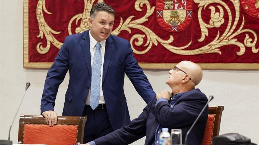 El presidente del Consejo Rector de Radio Televisión Canaria (RTVC), Santiago Negrín, conversa con el diputado del Grupo Nacionalista Canario y presidente de la Comisión sobre el ente, José Manuel Pitti. EFE/Ramón de la Rocha