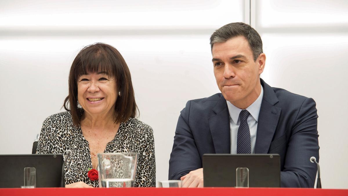 El secretario general del PSOE y presidente del Gobierno, Pedro Sánchez (d) y la presidenta del partido, Cristina Narbona. EFE/Luca Piergiovanni/Archivo