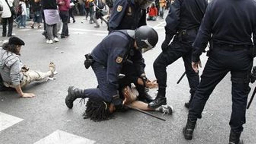 La Policía carga contra un manifestante cerca del Congreso. (EUROPA PRESS)