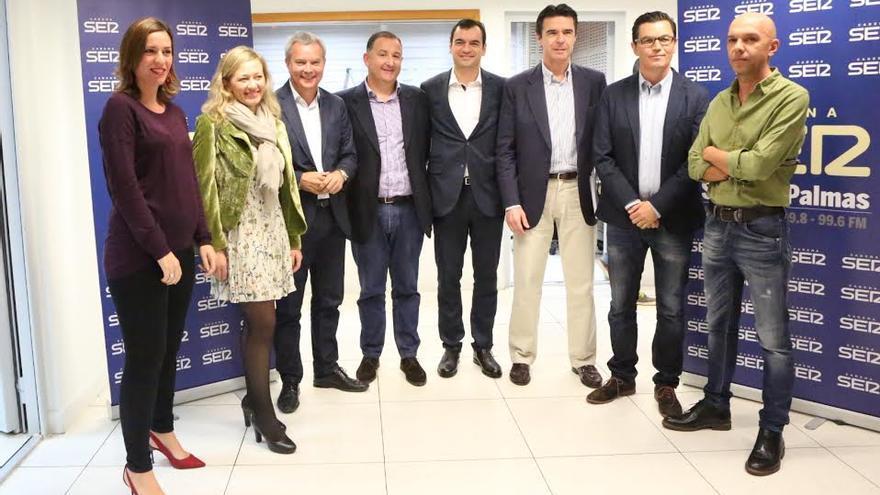Los candidatos, junto a periodistas de la Cadena Ser.