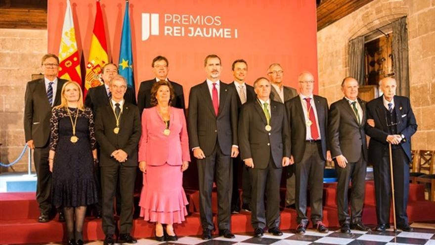 El rey Felipe VI junto a los galardonados en los premios Jaume I
