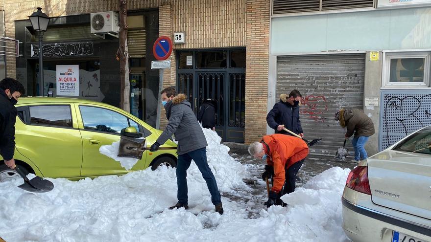 El presidente del PP, Pablo Casado, retira nieve de la acera, en Madrid (España) a 10 de enero de 2021.