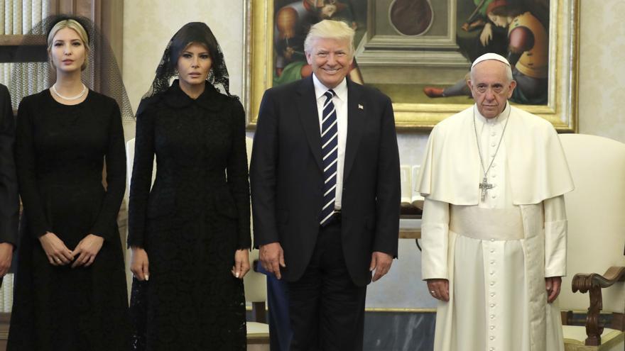 El Papa, con gesto de querer estar en otro sitio, junto a la familia Trump.
