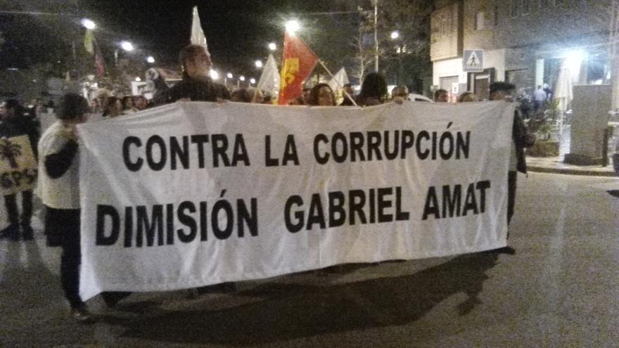 Cientos de personas exigen la dimisión del alcalde Gabriel Amat por corrupción en Roquetas de Mar