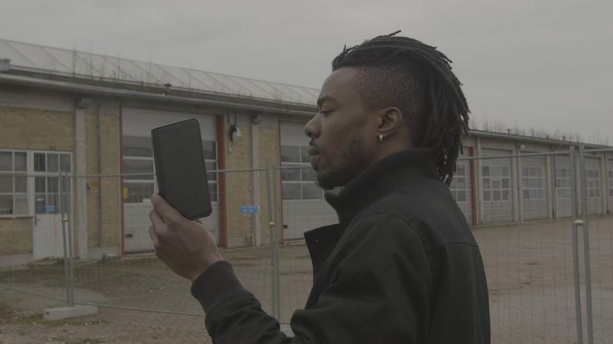 Uno de los migrantes que forman parte del proyecto documenta la situación de uno de los campos.